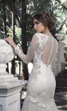 Облегающее свадебное платье с фактурным декором и длинным рукавом.