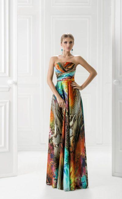 Цветное вечернее платье с элегантным прямым вырезом декольте.