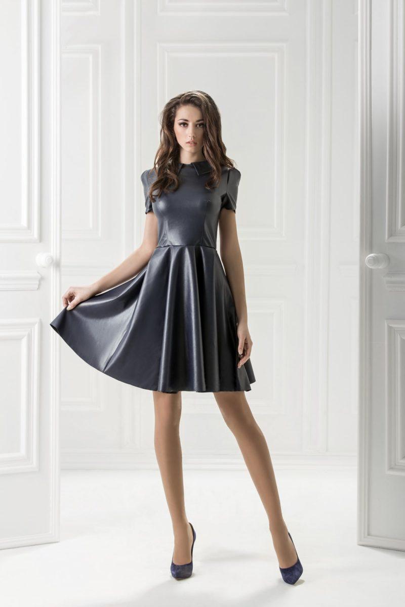 Черное вечернее платье из ткани с фактурой кожи.