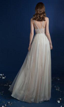 Прямое свадебное платье с кружевным корсетом и узкими бретелями.