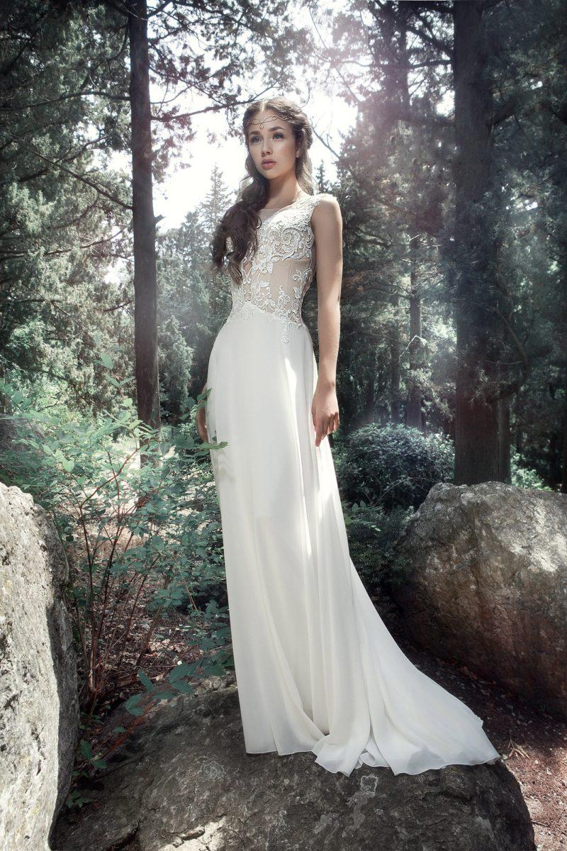 Прямое свадебное платье с полупрозрачной кружевной спинкой.