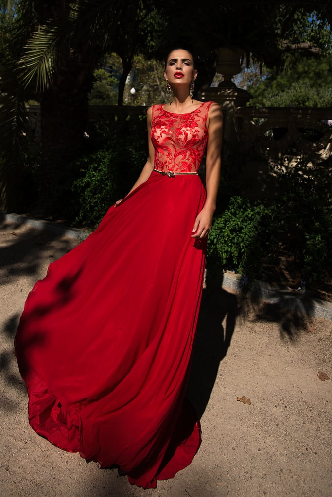 Красное вечернее платье прямого кроя с кружевным верхом.