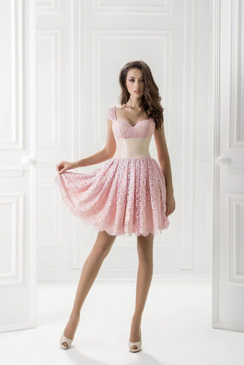 Розовое вечернее платье с короткой пышной юбкой.
