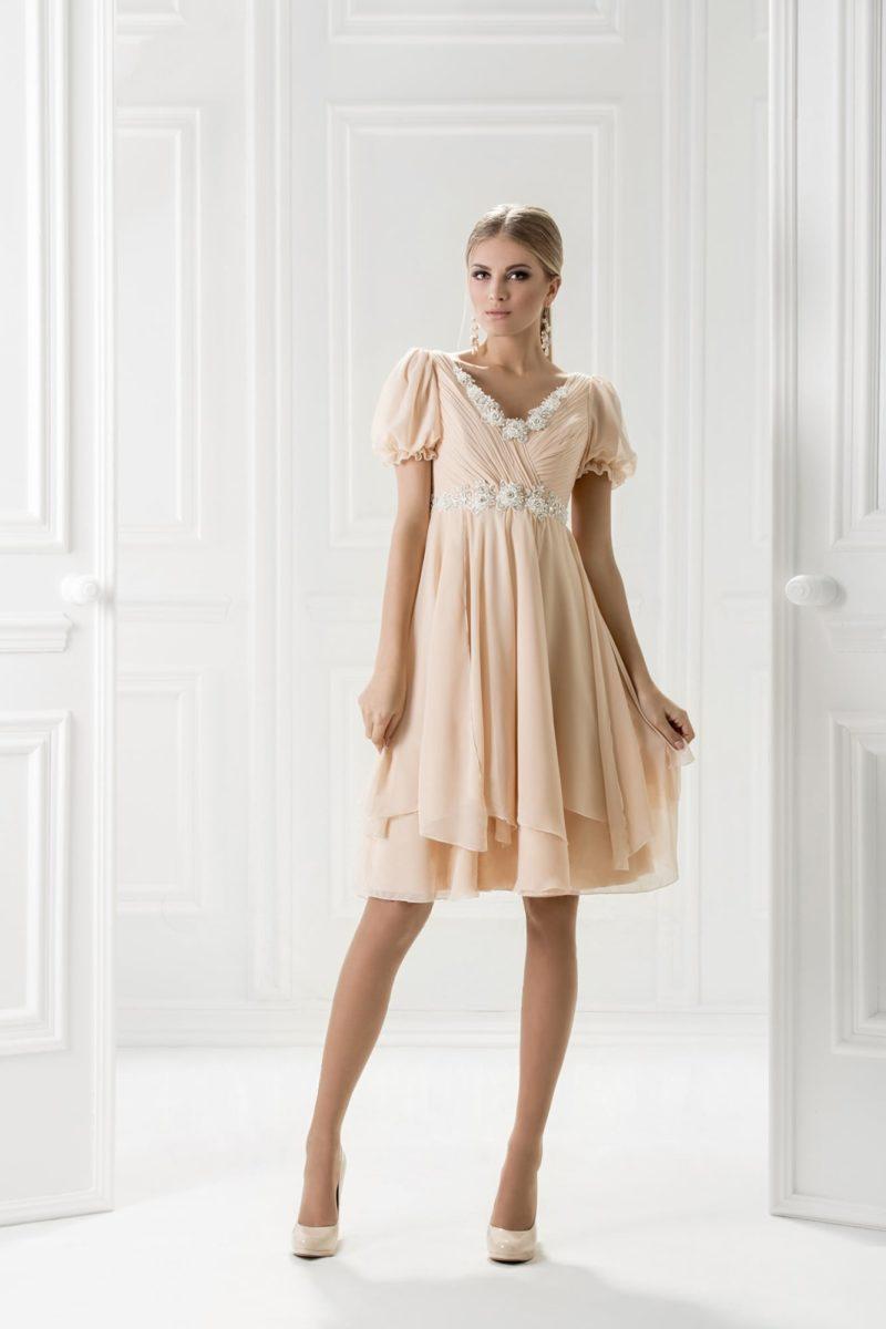 Короткое вечернее платье с объемным рукавом-фонариком.