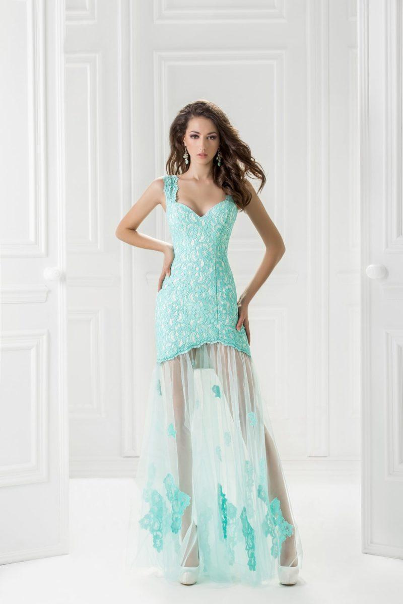 Голубое вечернее платье с прозрачной ниже середины бедра юбкой.