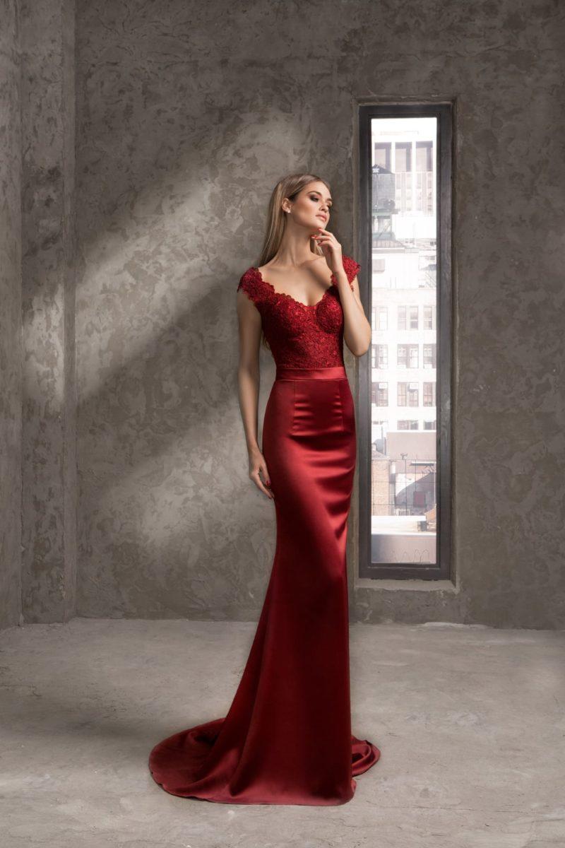 Элегантное вечернее платье бордового цвета с открытой спинкой.