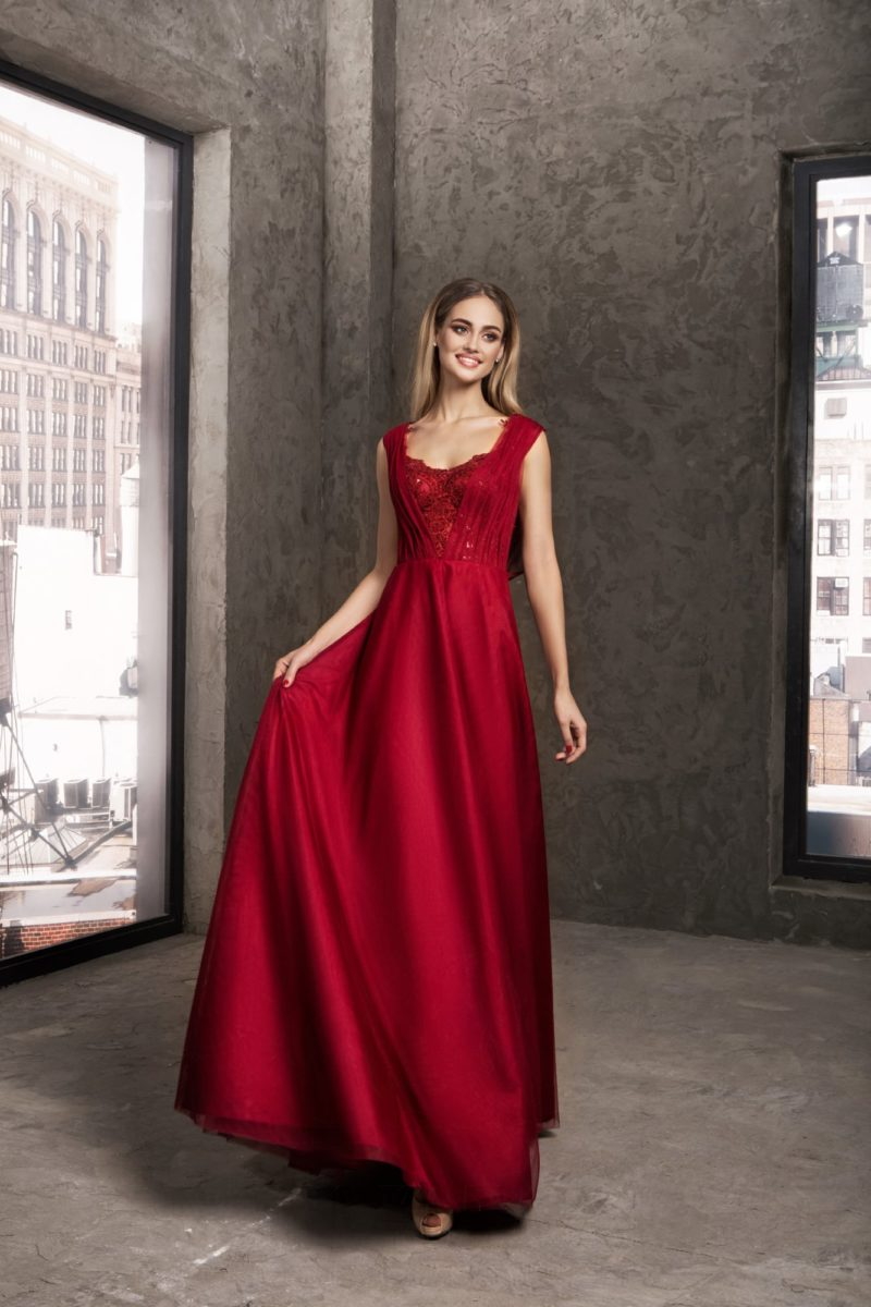 Темно-красное вечернее платье прямого кроя с изящным лифом.