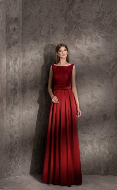Прямое вечернее платье с изящным поясом и вырезом «лодочкой».