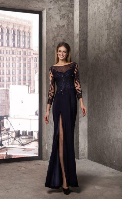 Прямое вечернее платье с полупрозрачными рукавами и разрезом сбоку на юбке.