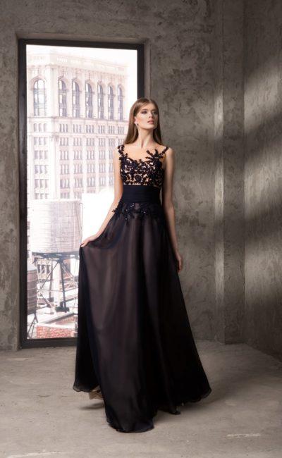 Прямое вечернее платье с широким поясом и кружевным декором лифа.
