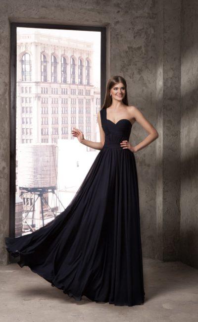 Черное вечернее платье с асимметричным лифом и юбкой прямого кроя.