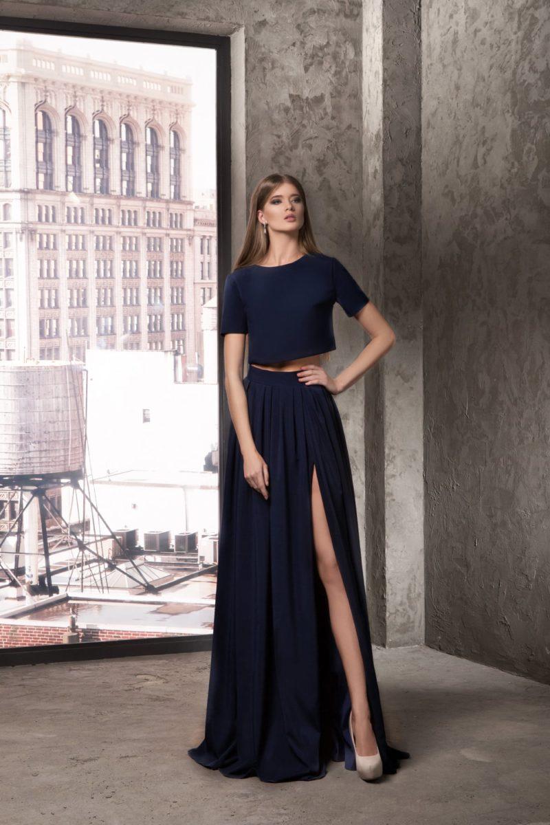Вечернее платье с укороченным топом и юбкой с разрезом сбоку.