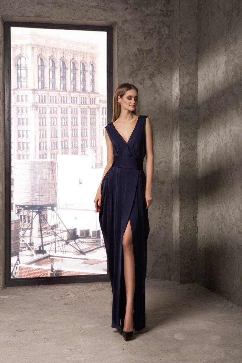 Соблазнительное вечернее платье с V-образным вырезом декольте.