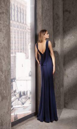 Синее вечернее платье с широкими бретелями и прямой юбкой.