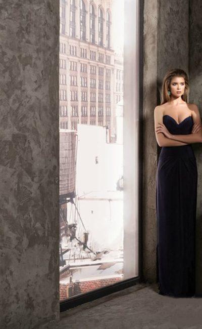 Темно-синее вечернее платье с прямой юбкой и лифом в форме сердца.