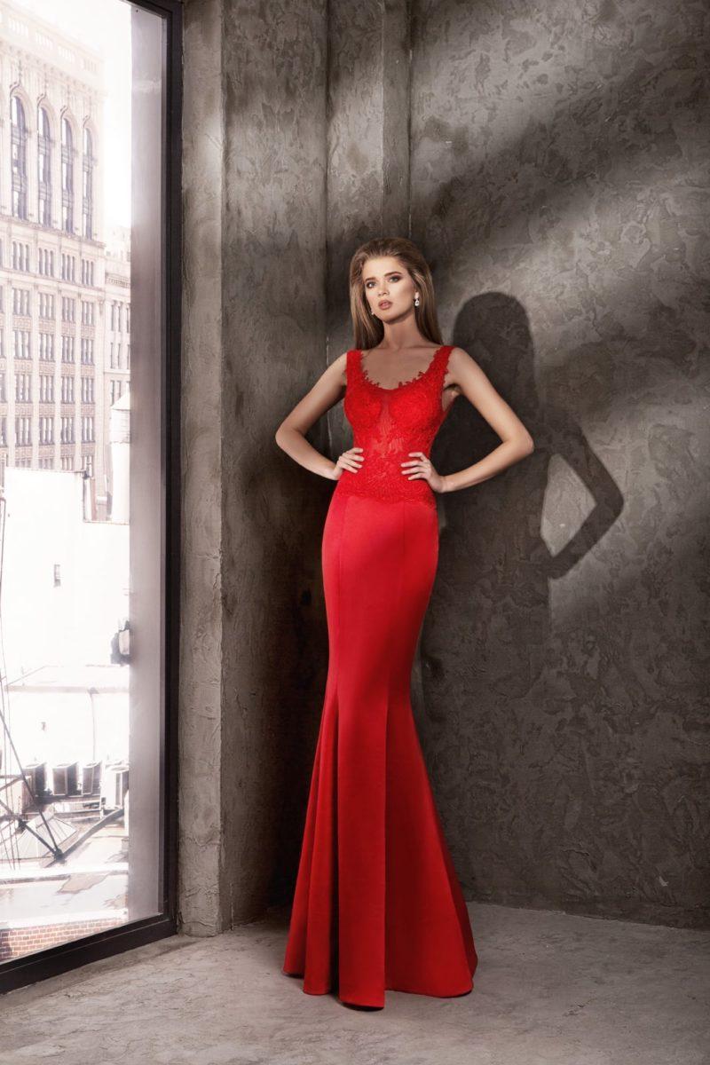 Алое вечернее платье кроя «рыбка» с элегантными бретелями.