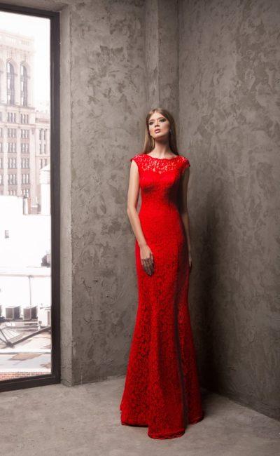 Облегающее вечернее платье, покрытое плотным алым кружевом.