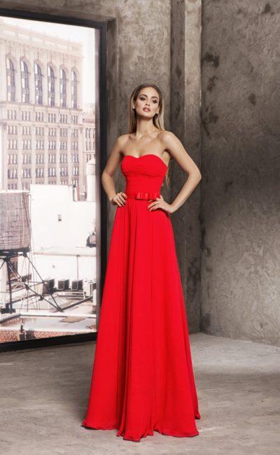 Элегантное вечернее платье алого цвета с открытым декольте.