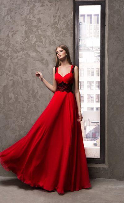 Прямое вечернее платье с контрастной кружевной отделкой.