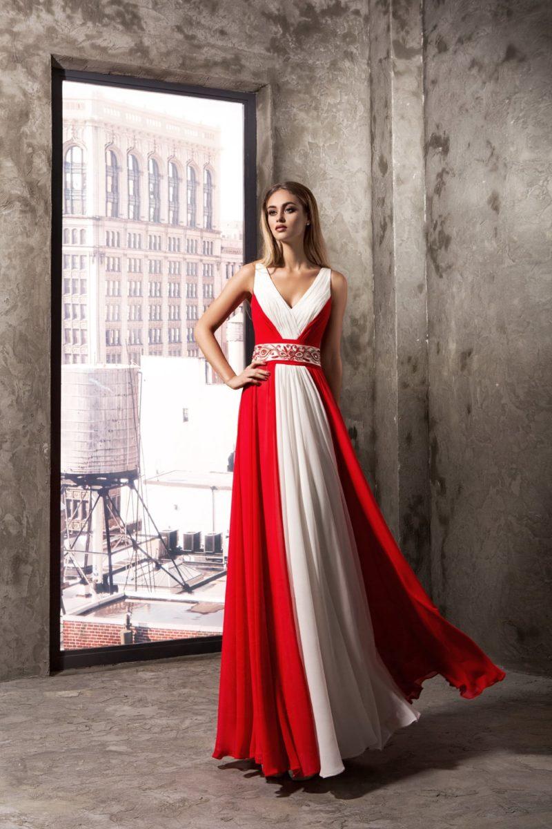 Бело-красное вечернее платье с отделкой легкими драпировками.