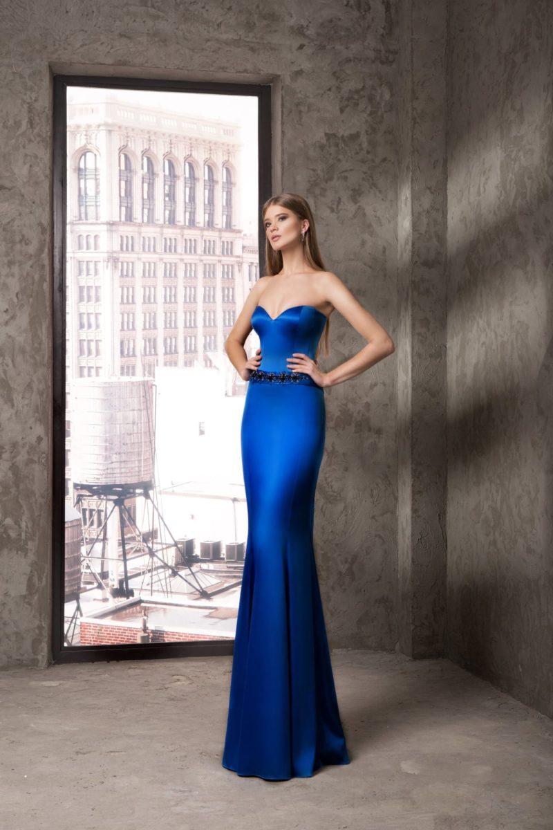 Атласное вечернее платье синего цвета с лифом в форме сердечка.
