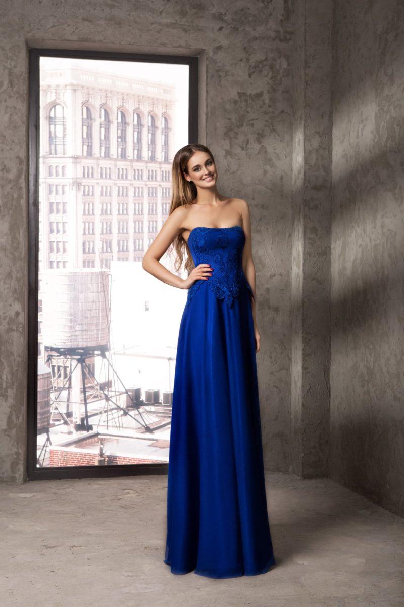 Прямое вечернее платье синего цвета с элегантным открытым верхом.