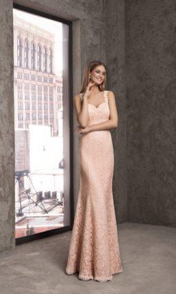 Кружевное вечернее платье с соблазнительной открытой спинкой.