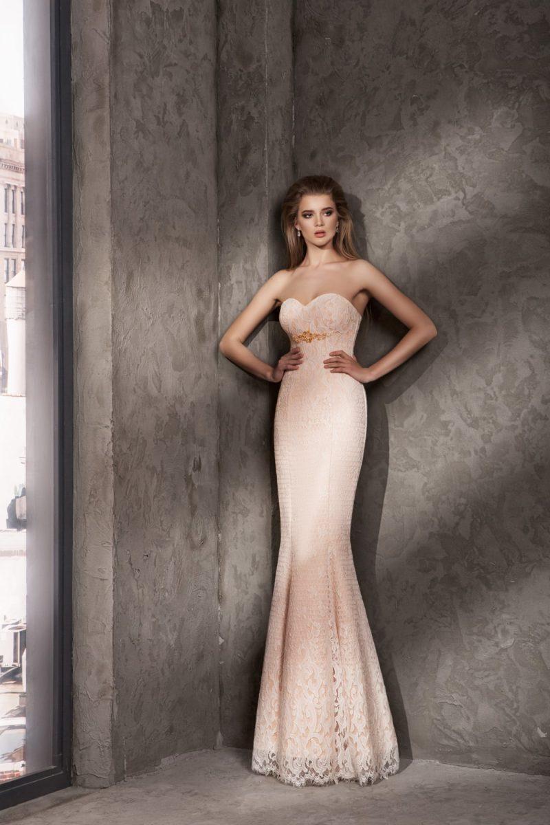 Кремово-персиковое вечернее платье с кружевным декором.