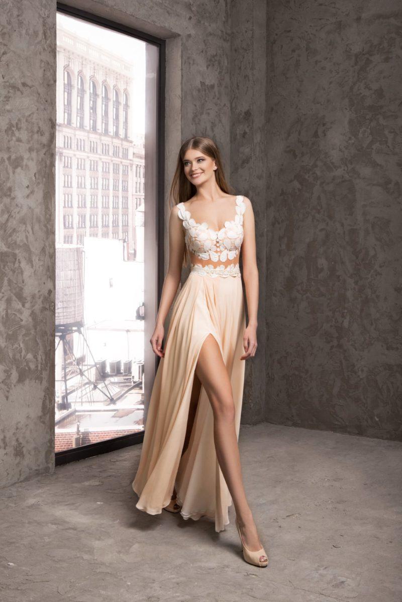 Чувственное вечернее платье кремового цвета с разрезом по подолу.