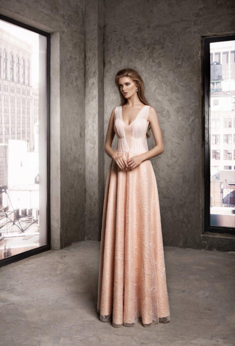 Вечернее платье с юбкой А-силуэта и драпировками на лифе.