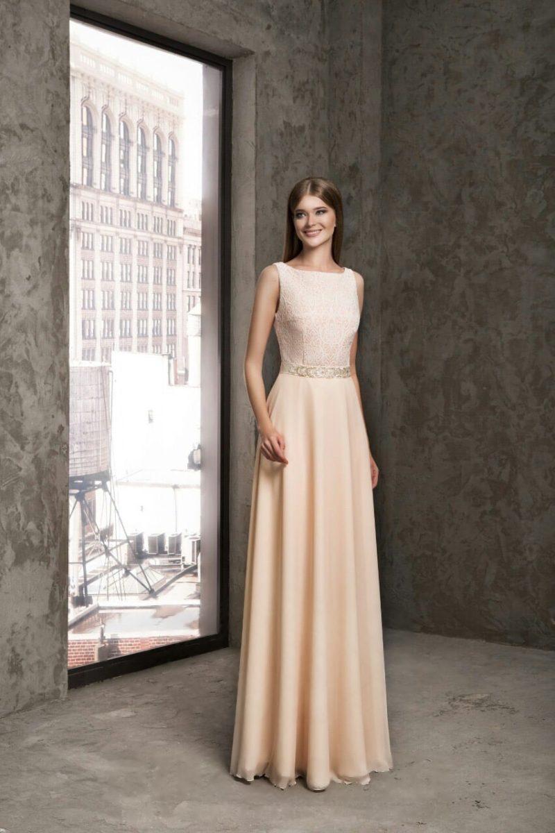 Кремовое вечернее платье с кружевной отделкой закрытого верха.