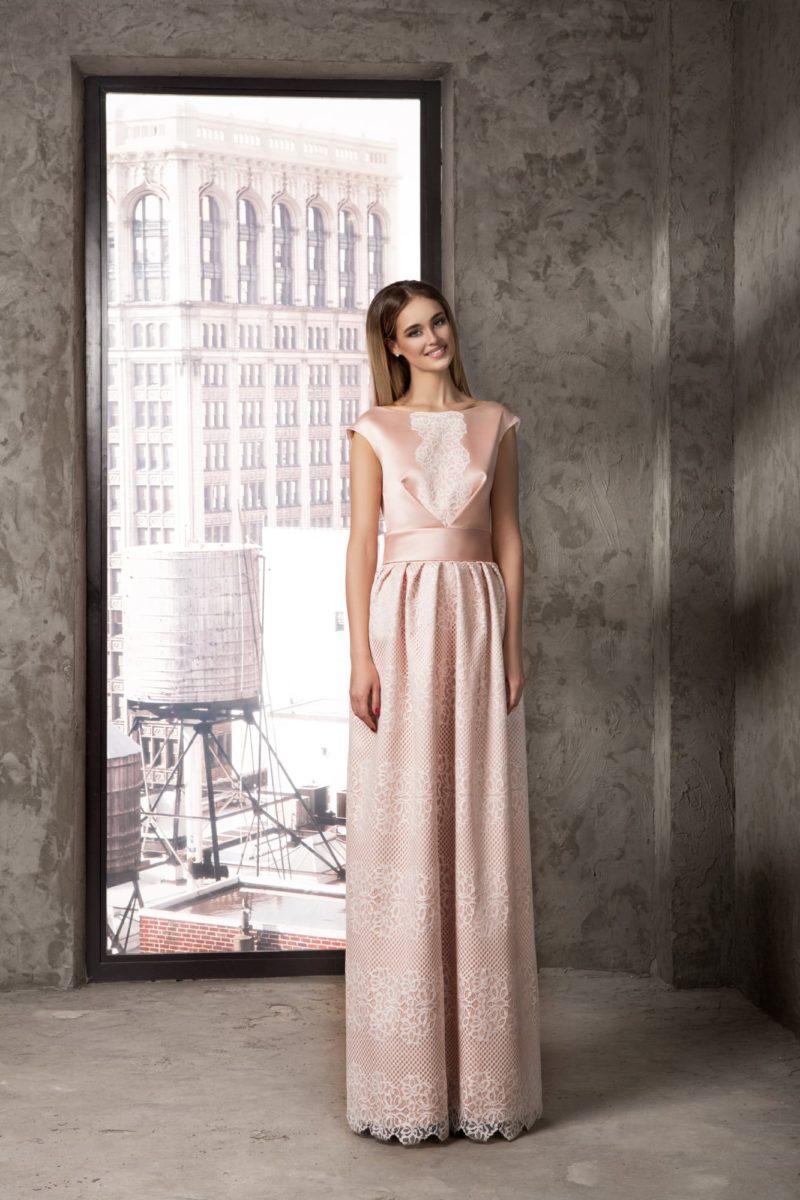 Закрытое вечернее платье с фактурной кружевной юбкой.