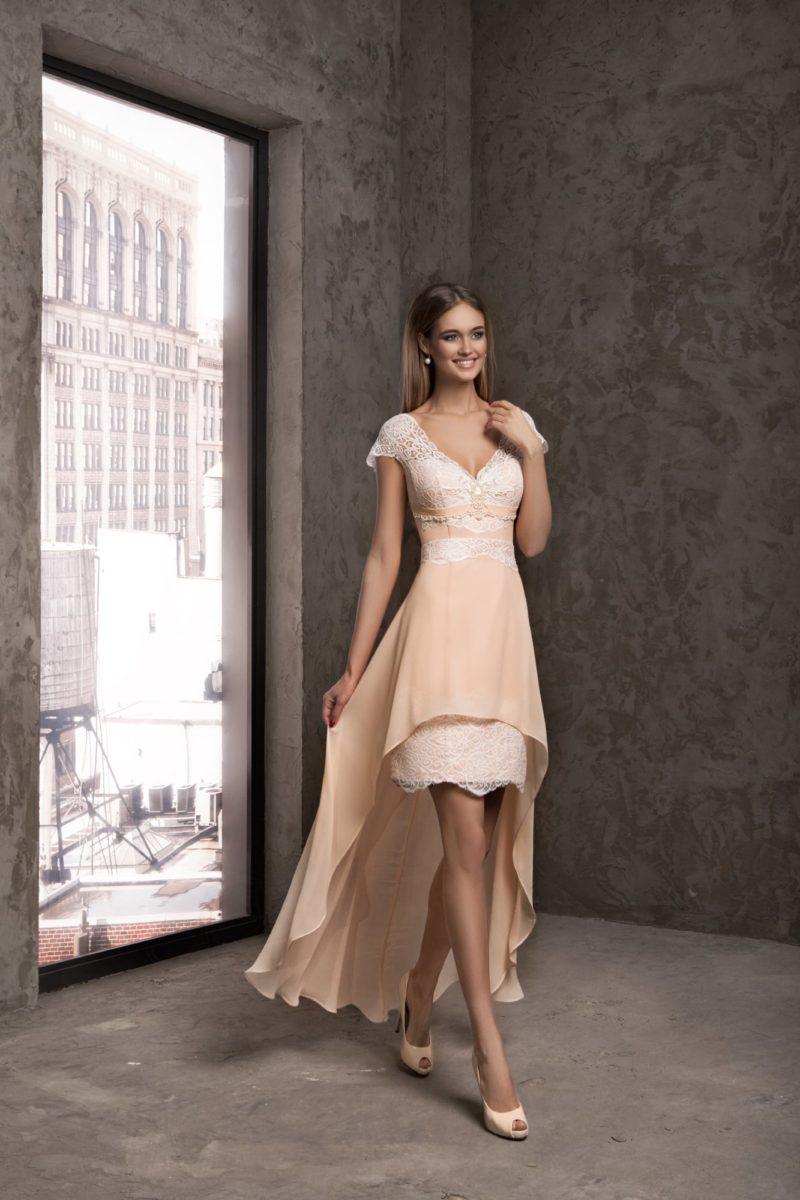 Кружевное вечернее платье с укороченным спереди многослойным подолом.