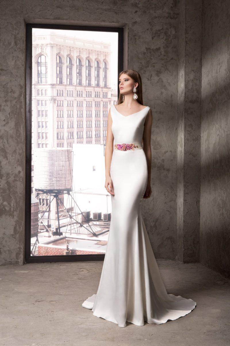 Белоснежное вечернее платье с широким поясом с цветным декором.