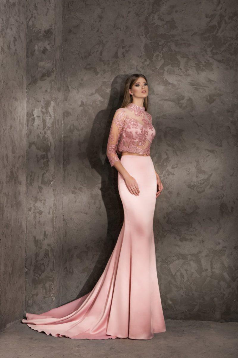 Впечатляющее вечернее платье с кружевным укороченным топом.