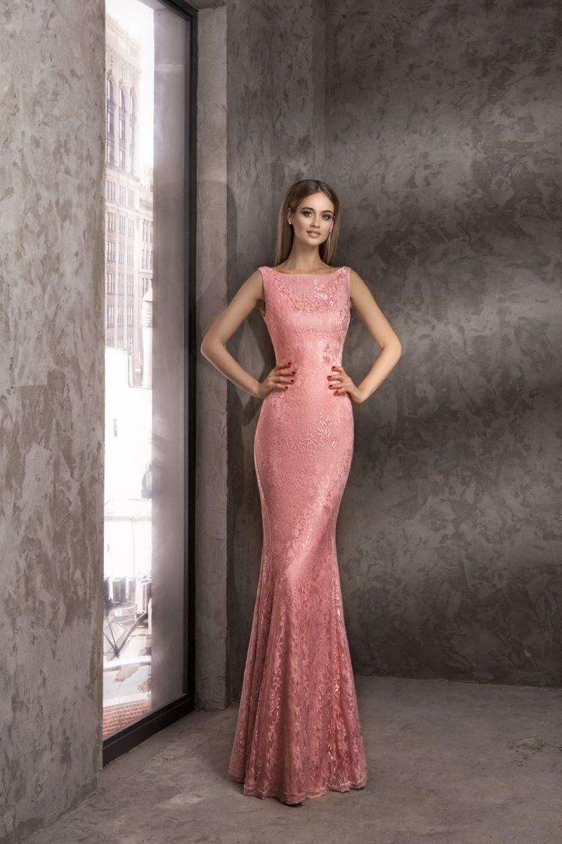 Розовое вечернее платье облегающего кроя с вырезом «бато».