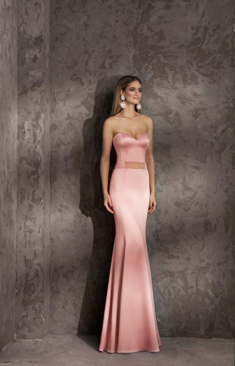 Открытое вечернее платье облегающего кроя с лифом в форме сердца.