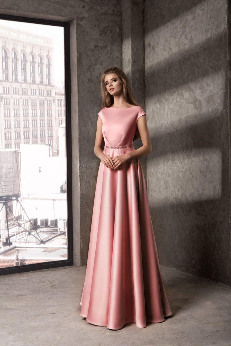 Закрытое вечернее платье прямого кроя из глянцевого розового атласа.