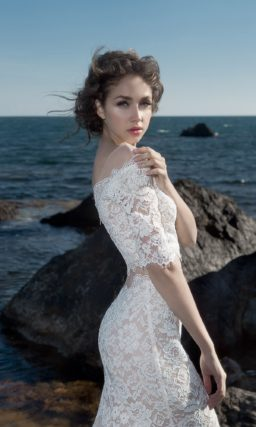 Кружевное свадебное платье с облегающим кроем и укороченным топом.