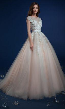 Пышное свадебное платье кремового цвета с объемным декором лифа.
