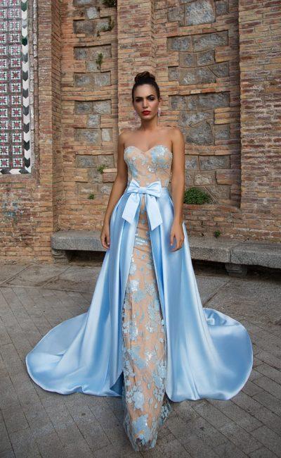 Вечернее платье облегающего кроя с голубой верхней юбкой из атласа.