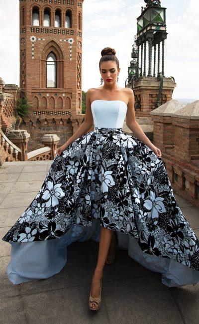 Открытое вечернее платье с пышной юбкой с крупным рисунком.