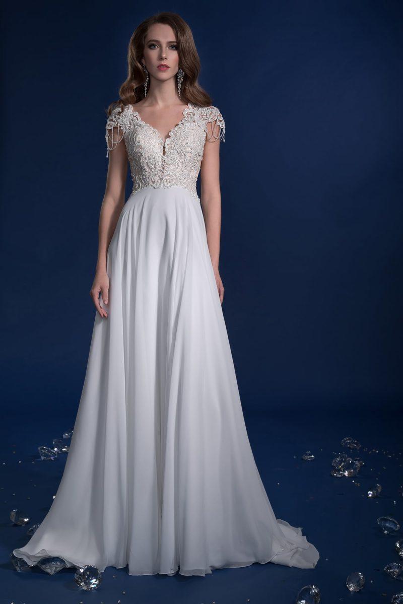 Свадебное платье с завышенной талией и коротким фактурным рукавом.