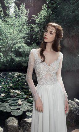 Женственное свадебное платье прямого кроя с элегантным шлейфом.