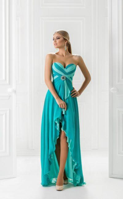 Открытое вечернее платье силуэта колонна с укороченным спереди подолом.