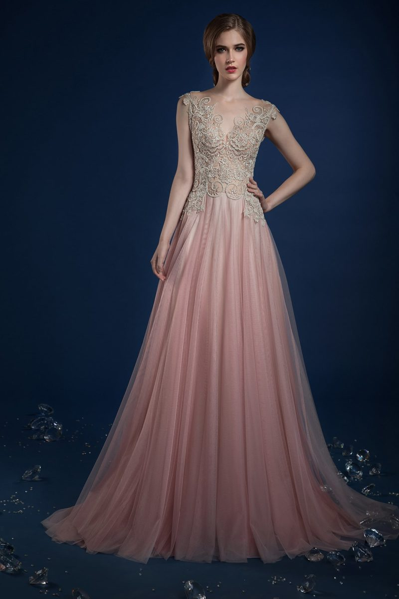 Розовое свадебное платье с прямой юбкой и кружевным верхом.