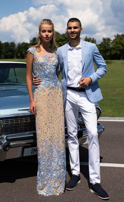 Бежево-голубое вечернее платье прямого кроя с объемной верхней юбкой.