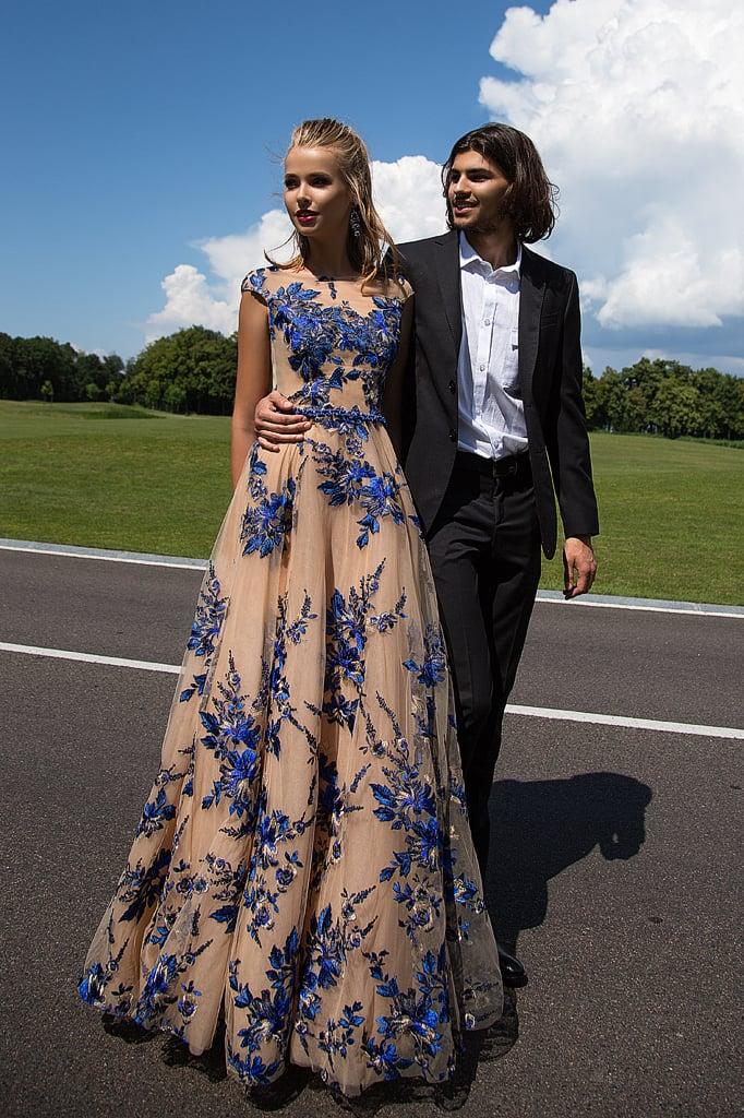 Бежевое вечернее платье «принцесса», декорированное синим кружевом.