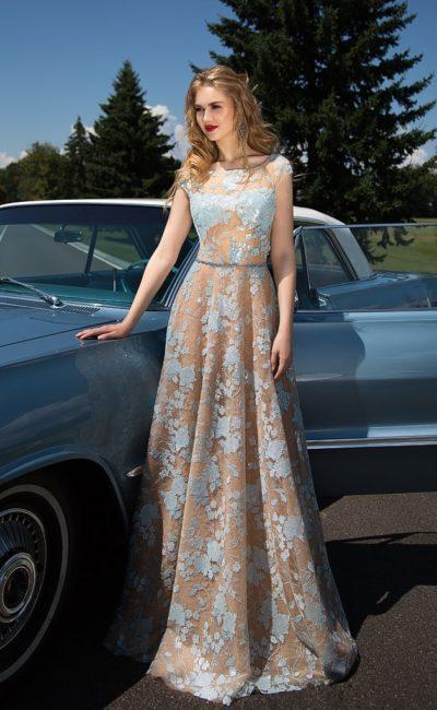 Прямое вечернее платье бежевого цвета с голубым кружевным декором.