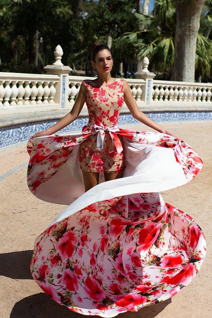 Короткое вечернее платье с цветочным принтом, дополненное верхней юбкой.
